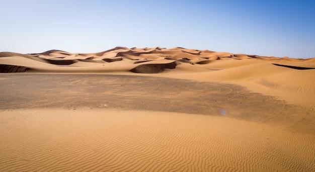 Piękne krajobrazy pustyni sahara, wydmy erg chebbi w merzouga, maroko
