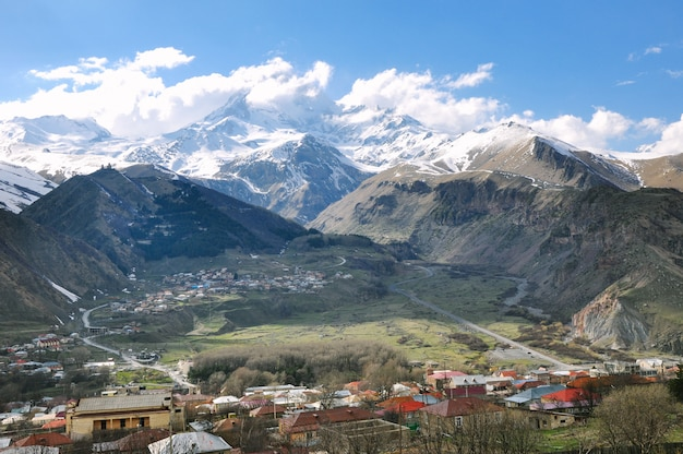 Piękne krajobrazy skalistych i zaśnieżonych gór na wsi