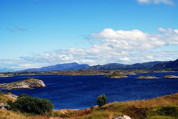 Piękne krajobrazy słynnej atlanterhavsveien - atlantic ocean road w norwegii