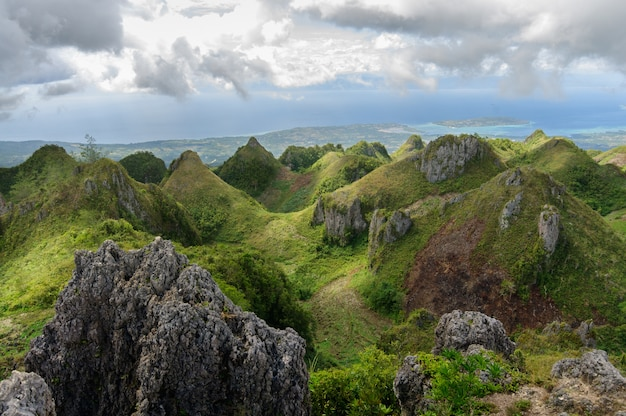 Piękne krajobrazy szczytu osmena na filipinach pod zachmurzonym niebem