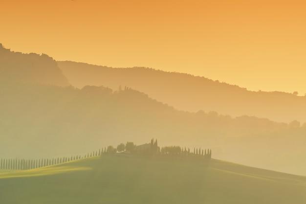 Piękne krajobrazy toskanii ze wzgórzami, winnicami i cyprysami z drogi