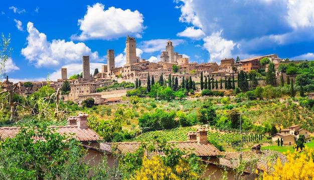 Piękne krajobrazy włoch. średniowieczne miasto san gimignano - toskania
