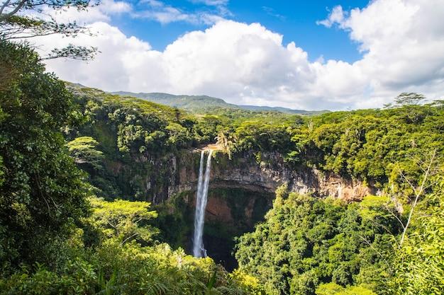 Piękne krajobrazy wodospadu chamarel na mauritiusie pod zachmurzonym niebem