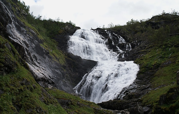 Piękne krajobrazy wodospadu kjosfossen w myrdal w norwegii