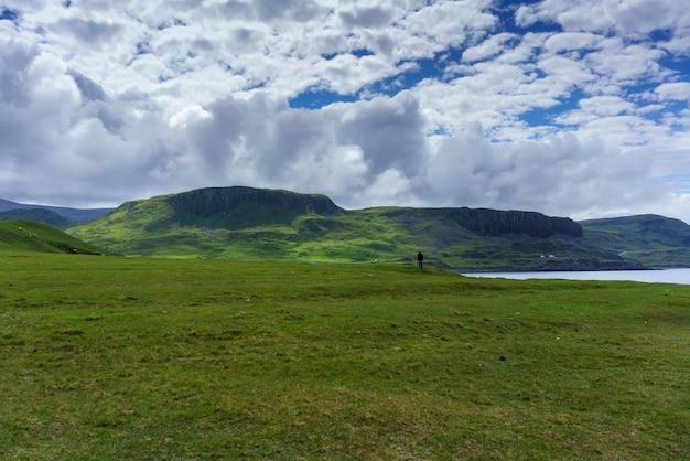 Piękne krajobrazy wokół zamku duntulm , zrujnowanego zamku na północnym wybrzeżu trotternish na wyspie skye latem w szkocji