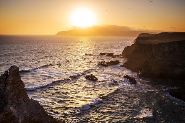 Piękne krajobrazy wybrzeża w rezerwacie narodowym paracas, region ica, wybrzeże pacyfiku w peru.