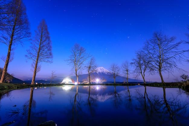 Piękne krajobrazy z widokiem na górę fuji fumotoppara camping grounds nocą w fujinomiya, shizuoka, japonia.