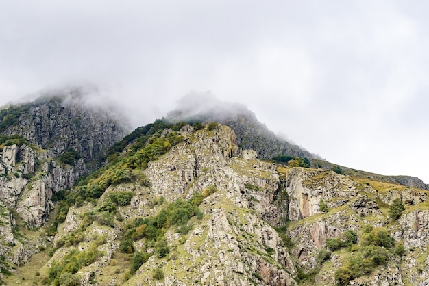 Piękne krajobrazy z wysokimi górami gruzji