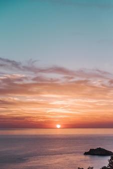 Piękne krajobrazy zachodu słońca nad spokojnym morzem