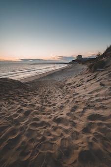 Piękne krajobrazy zachodzącego słońca odbijające się w morzu