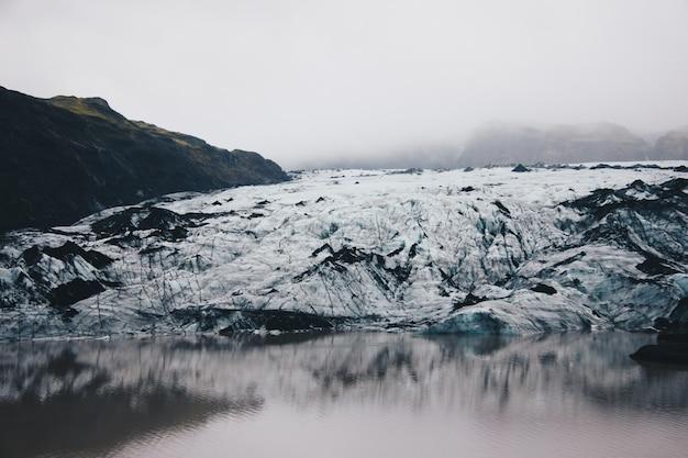 Piękne krajobrazy zaśnieżonych i skalistych pól na wsi