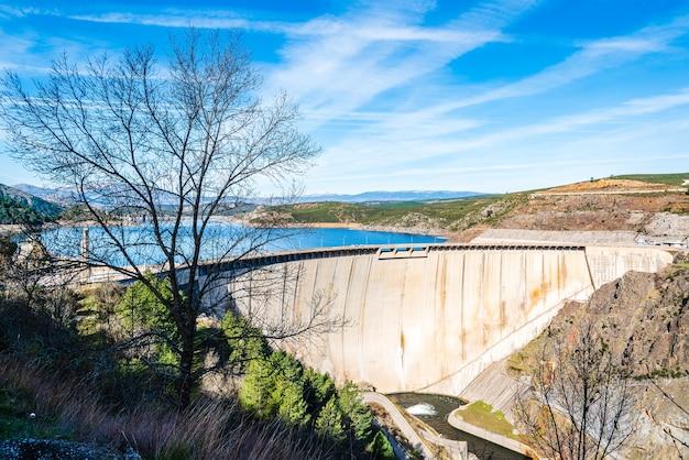 Piękne krajobrazy zbiornika el atazar w madrycie w hiszpanii pod błękitnym niebem