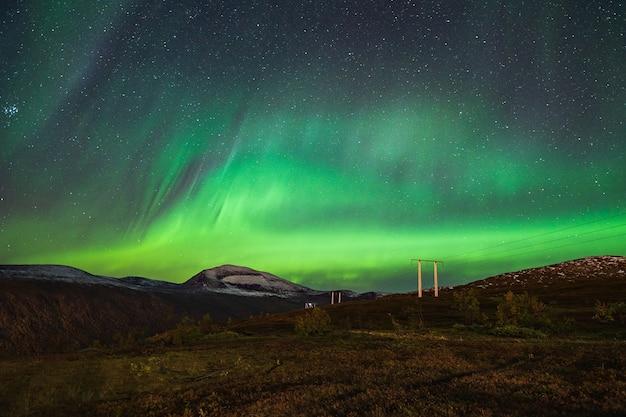 Piękne krajobrazy zorzy polarnej na nocnym niebie w tromso lofoty, norwegia