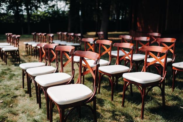Piękne krzesła ślubne, wystrój stołu weselnego.