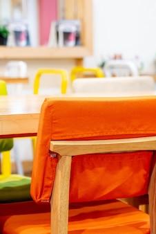 Piękne krzesło w kawiarni restauracji
