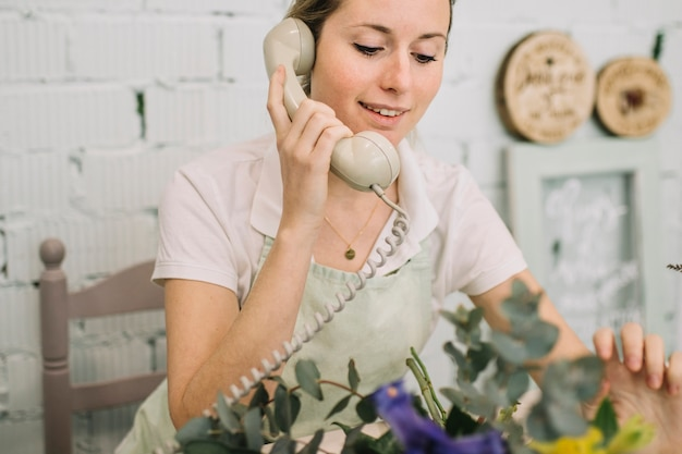 Piękne kwiaciarnia mówiąc na telefon