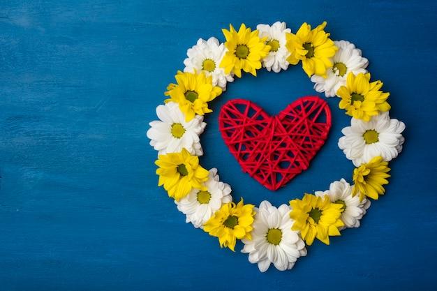 Piękne kwiaty chryzantemy i czerwone serce z miejsca na kopię.
