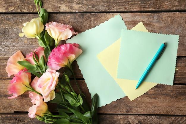 Piękne kwiaty i karta podarunkowa na drewnianym
