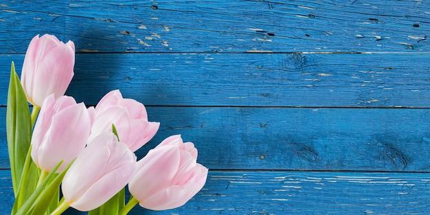 Piękne kwiaty na drewnianej, kwiecistej, kwiatowej granicy