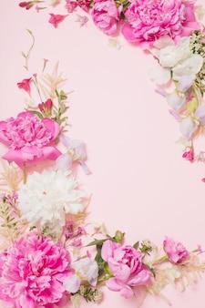 Piękne kwiaty na różowym tle papieru