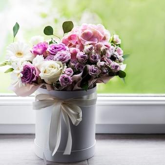 Piękne kwiaty w białym okrągłym pudełku