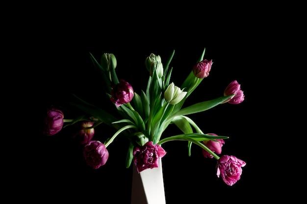 Piękne kwiaty w wazonie sztuki niski klucz