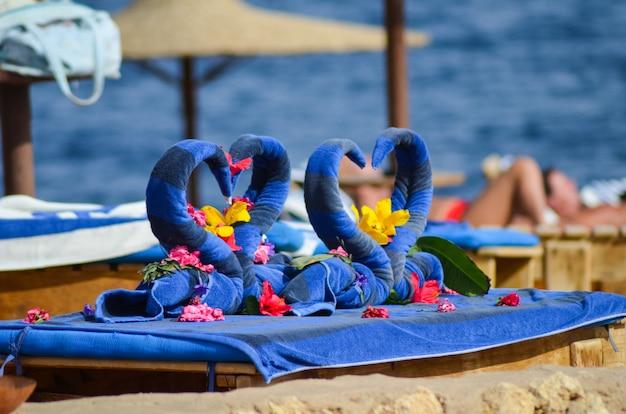 Piękne łabędzie z ręczników na plaży w egipcie