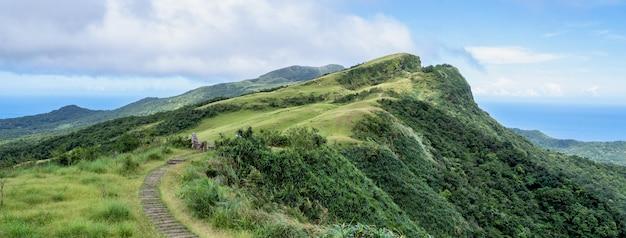 Piękne łąki, preria w dolinie taoyuan, caoling mountain trail przechodzi przez szczyt mt. wankengtou na tajwanie.