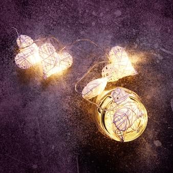 Piękne lampki w kształcie serca świecące wewnątrz szklanego słoika. walentynkowy nastrój
