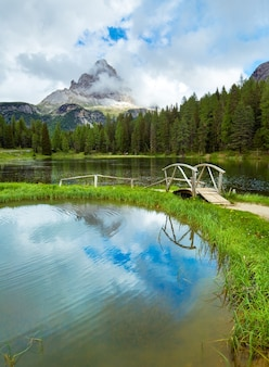 Piękne lato alpejskie jezioro z widokiem na lago di antorno (dolomity italia)