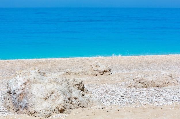 Piękne lato biała plaża egremni na panoramie morza jońskiego (lefkada, grecja).