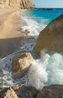 Piękne lato biała plaża porto katsiki nad morzem jońskim (lefkada, grecja)