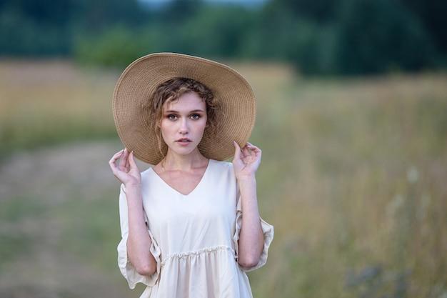 Piękne lato dziewczyna na polu pszenicy