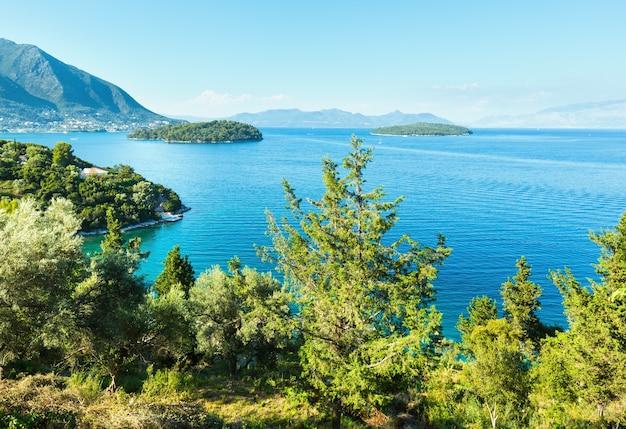 Piękne lato mgliste krajobraz wybrzeża lefkady (nydri, grecja, morze jońskie).