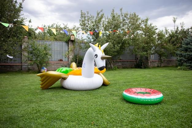 Piękne lato nadmuchiwane koła do pływania na zielonej trawie.