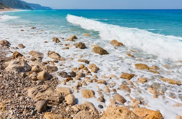 Piękne lato wybrzeże lefkady kamienista plaża, grecja, morze jońskie
