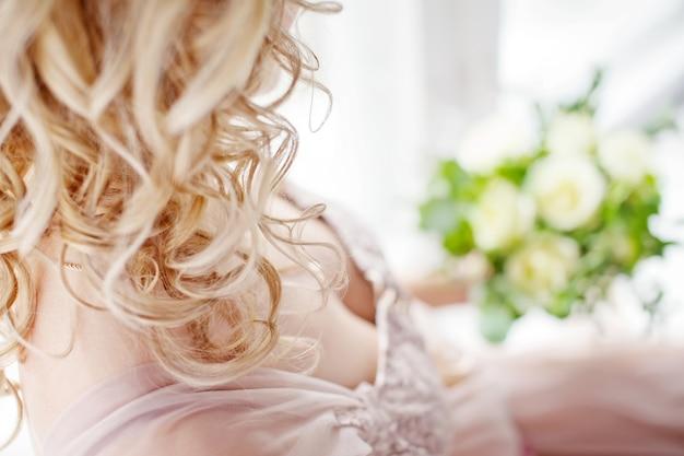 Piękne lekkie loczki. łatwość swobodnego lokowania włosów. nieostrość na lokach. zamknij obraz