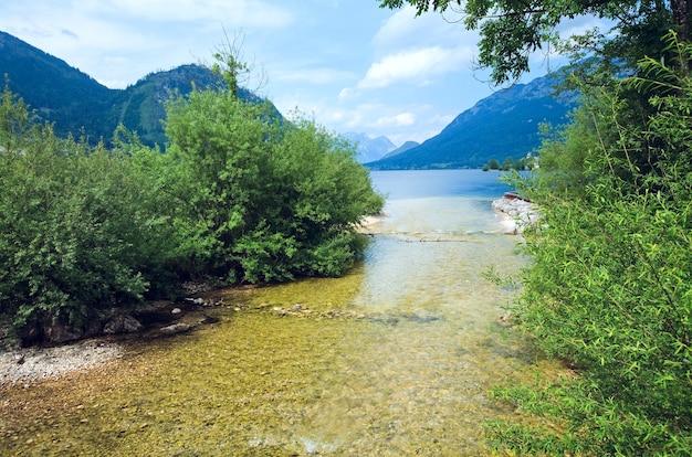 Piękne letnie alpejskie jezioro grundlsee widok, austria
