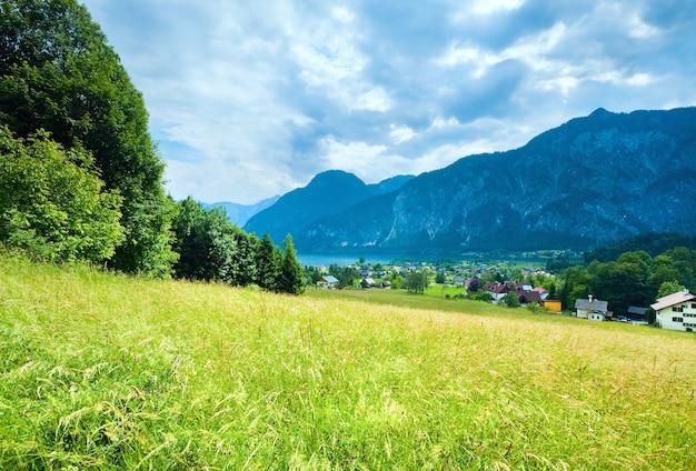 Piękne letnie alpejskie jezioro hallstatter, austria