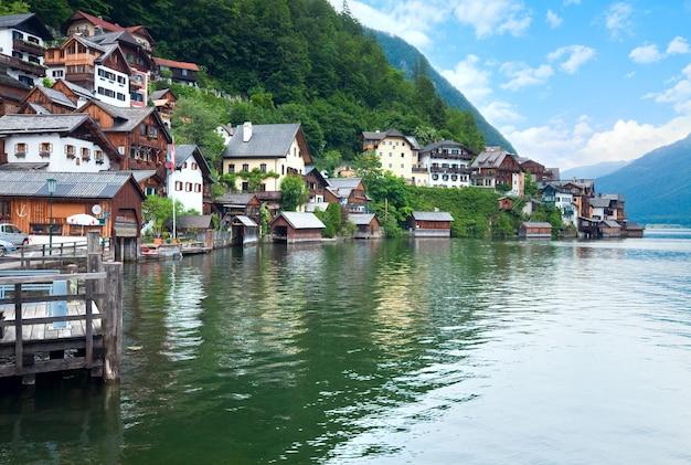 Piękne letnie alpejskie miasto hallstatt i jezioro hallstatter, austria