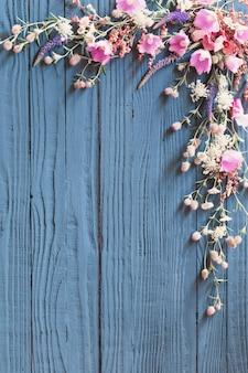 Piękne letnie kwiaty na ciemnym niebieskim tle drewnianych