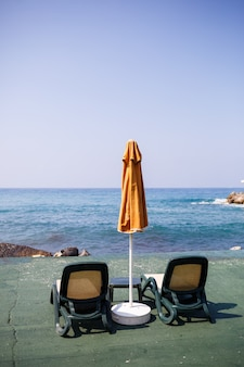 Piękne leżaki i parasole w marinie nad morzem na relaks