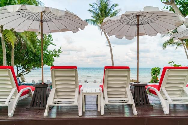 Piękne leżaki z parasolem wokół odkrytym poo