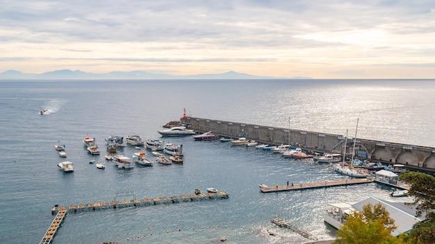 Piękne łodzie turystyczne i luksusowe jachty z błękitnym morzem, wybrzeże amalfi, włochy