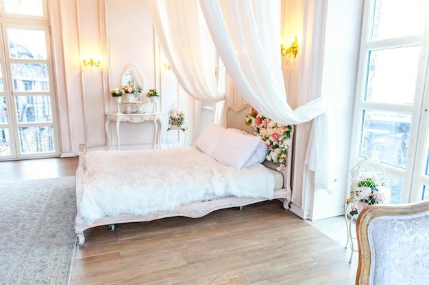 Piękne luksusowe klasyczne białe jasne czyste wnętrze sypialni w stylu barokowym