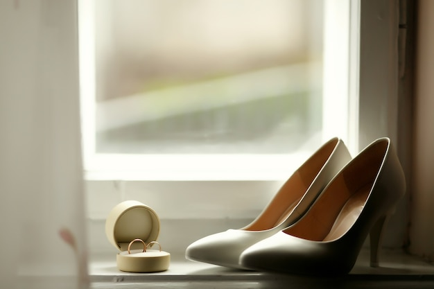 Piękne luksusowe obrączki ślubne i panny młodej pięty