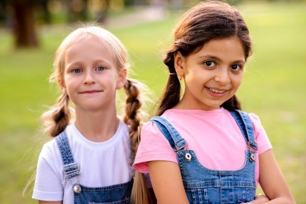 Piękne małe dziewczynki, patrząc na kamery