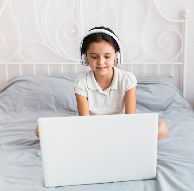 Piękne małe dziewczynki za pomocą jej laptopa