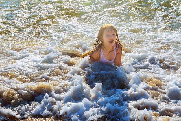 Piękne małe pływanie w oceanie