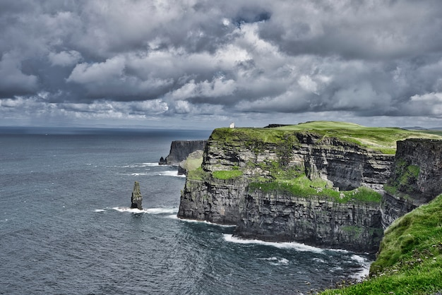 Piękne malownicze klify natury i niesamowity widok na ocean